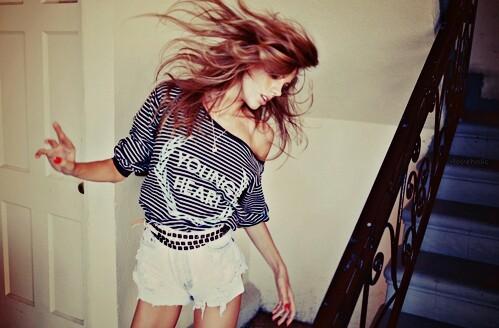 chica bailando en la escalera