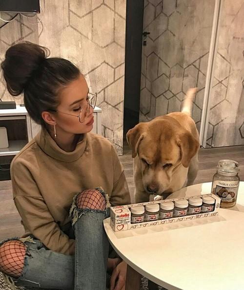 chica con su perro platicando