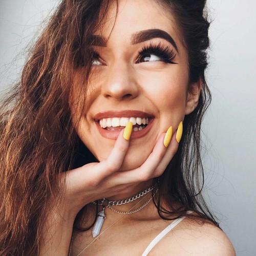 chica con uñas amarillas