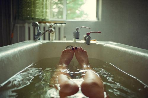 chica en una tina agua caliente