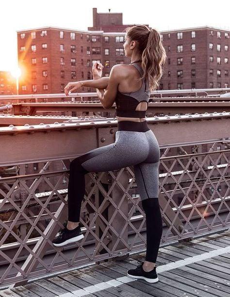 chica haciendo ejercicio en la azotea