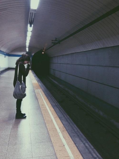 chica llorando en el metro