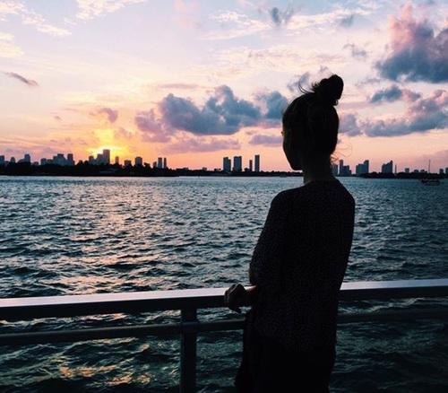chica nostalgia junto al mar