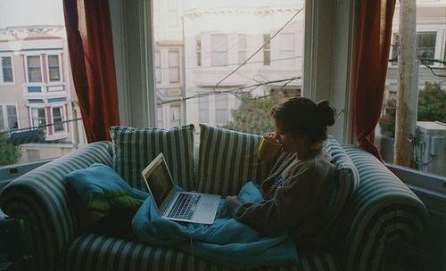 chica viendo la computadora
