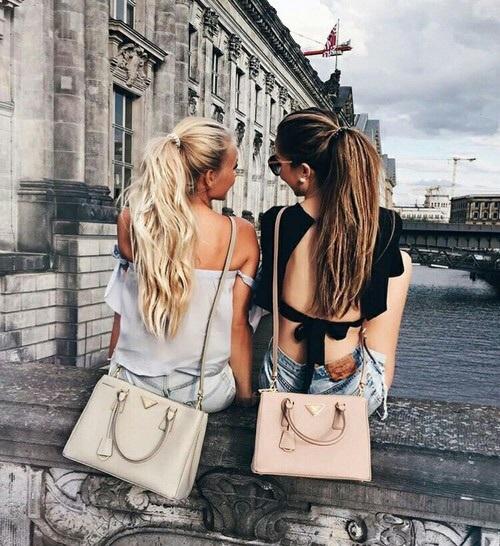 chicas con bolsas en la azotea