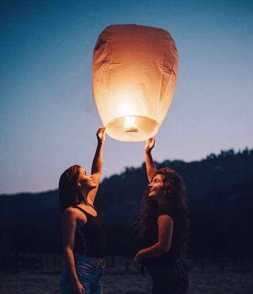 chicas con globo de fuego