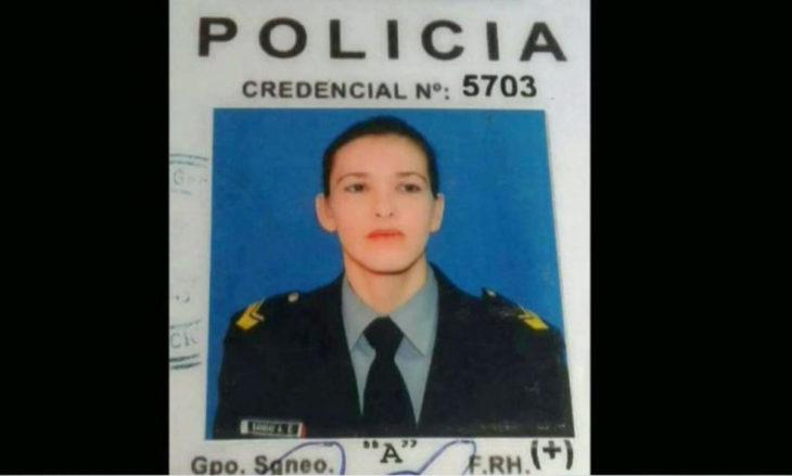 mujer vestida de policia