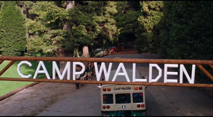 camion llegando a un campamento