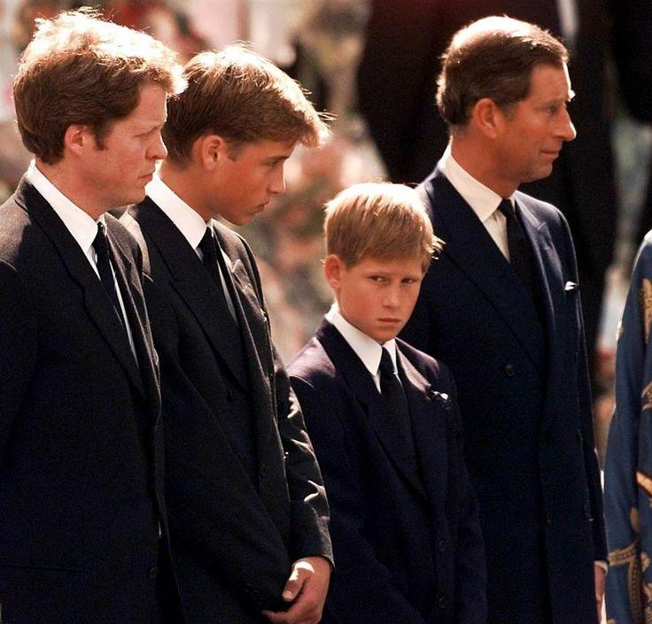 familia en funeral de diana