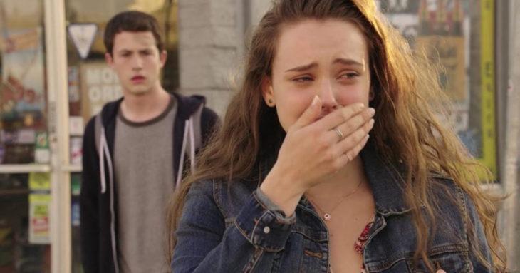 mujer llorando y chico blanco atras