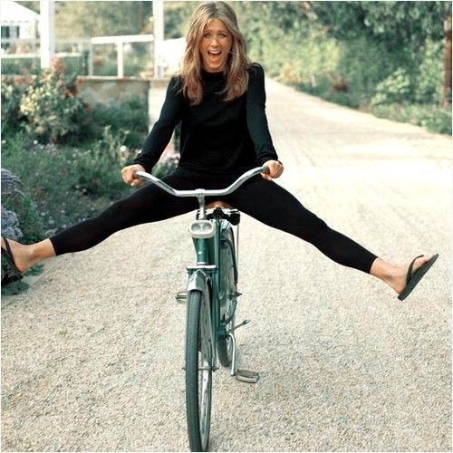 jennifer aniston en bicicleta