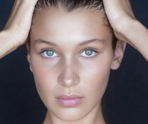 mujer blanca de ojos azules