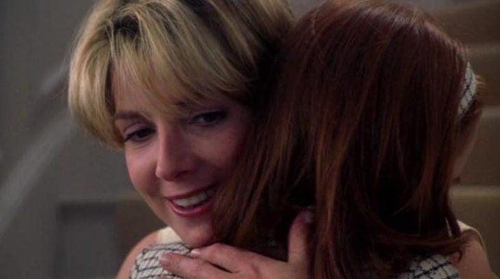 mujer rubia abrazando a chica pelirroja