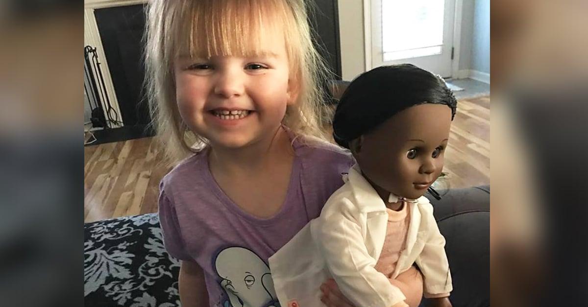 Una pequeña es cuestionada por una cajera sobre la muñeca que escogió; ¡Su respuesta es épica!