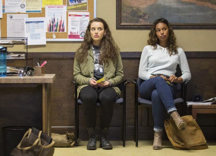 mujeres sentadas en salon