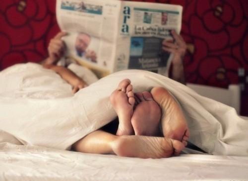 pareja en cama recién despierta