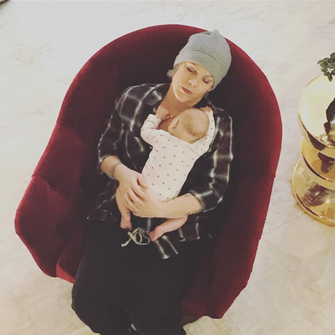 pink con su bebe