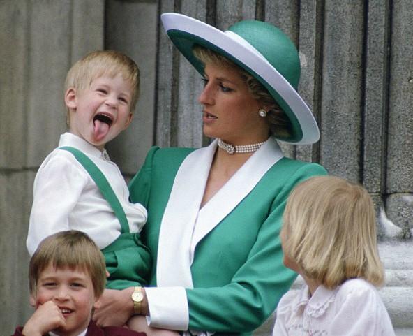 príncipe harry sacando la lengua