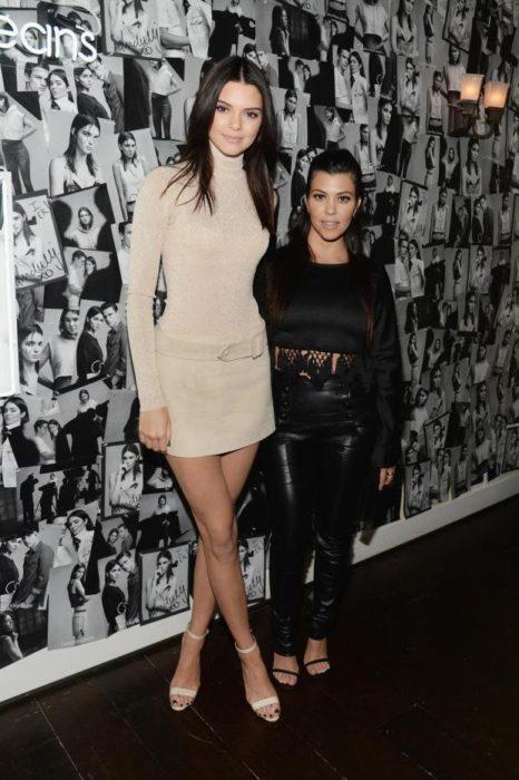 Kendall jenner posando junto a su hermana
