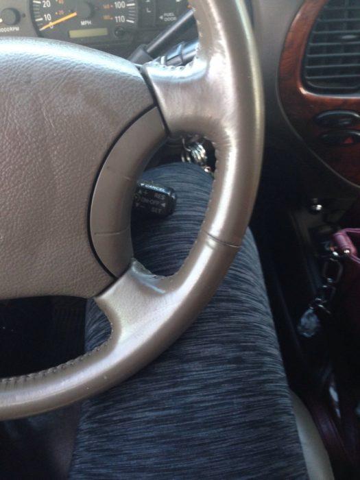 Chica alta intentando conducir