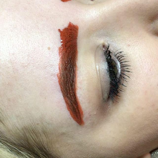 Chica con las cejas pigmentadas