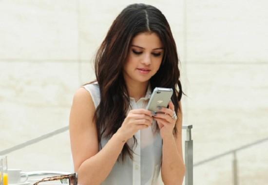 selena gomez con el celular