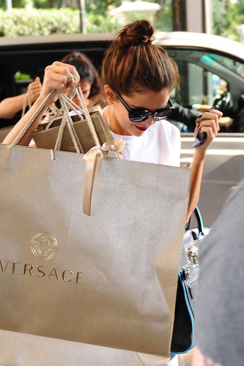 selena gomez de compras