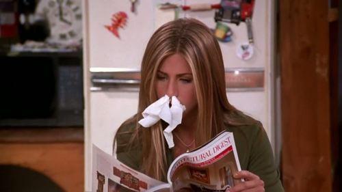 Rachel de serie friends con papel en su nariz