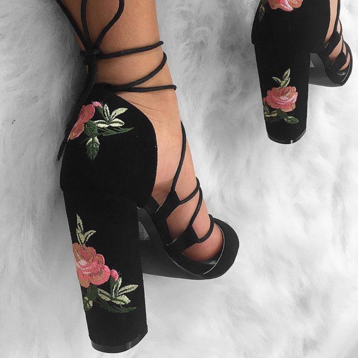 zapatos de tacon negros bordado de flores