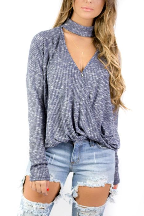 mujer rubia con blusa choker gris