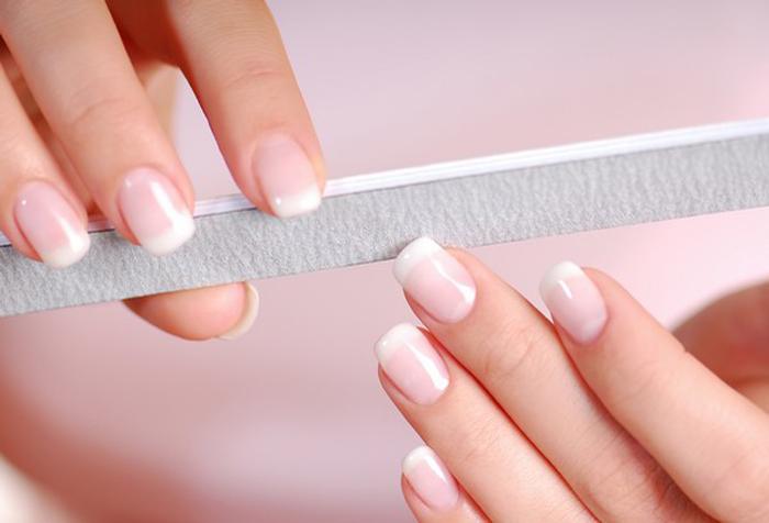 limando uñas