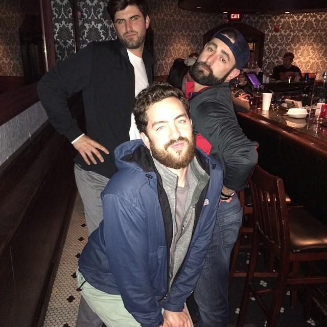 hombres posando para foto