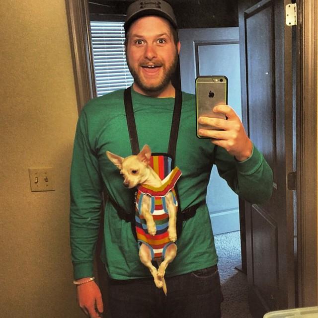 hombre cargando perrito