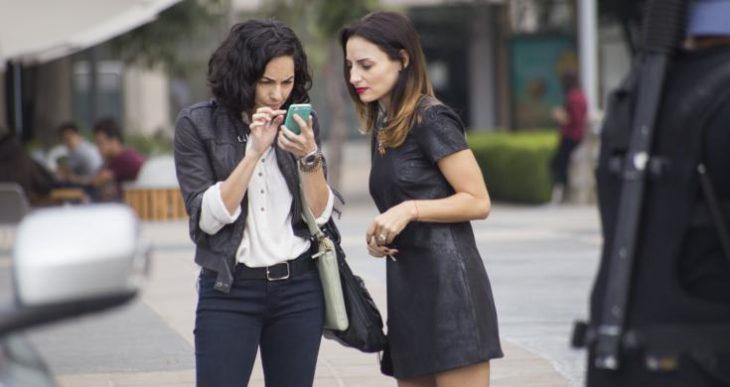 mujeres viendo el celular
