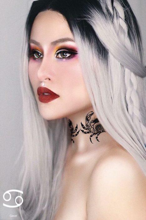 mujer con peluca rubia y maquillaje