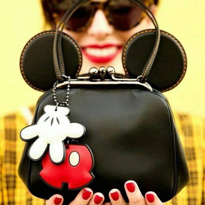 mujer con bolso de mickey mouse
