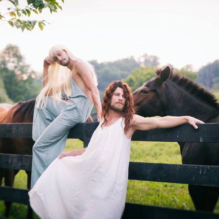 hombres con vestido y caballos