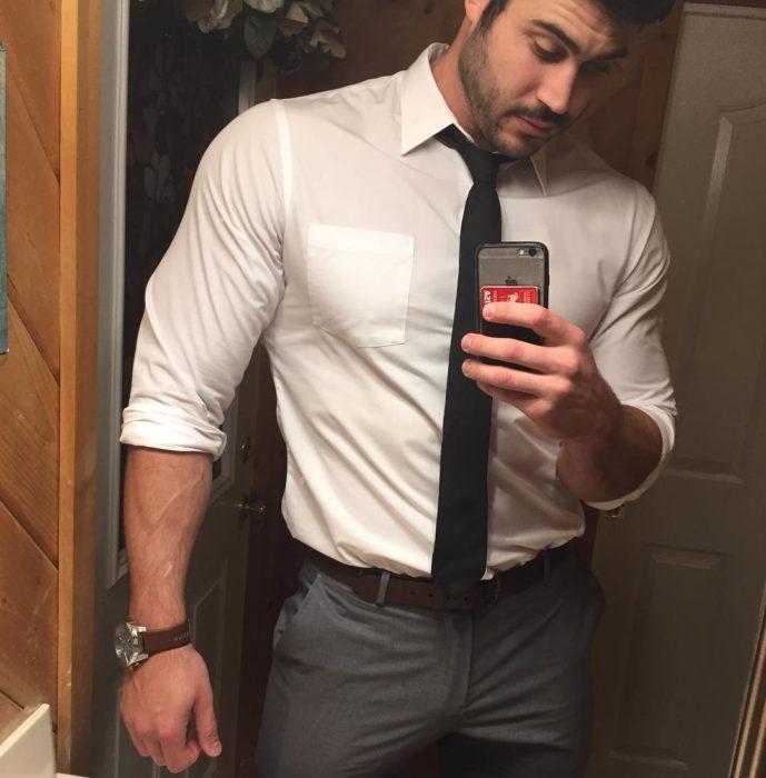 combre con camisa y corbata