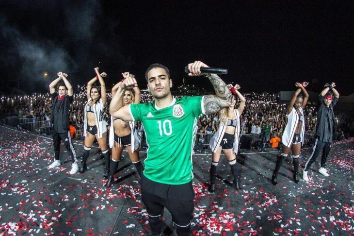 hombre con camisa de futbol mexico