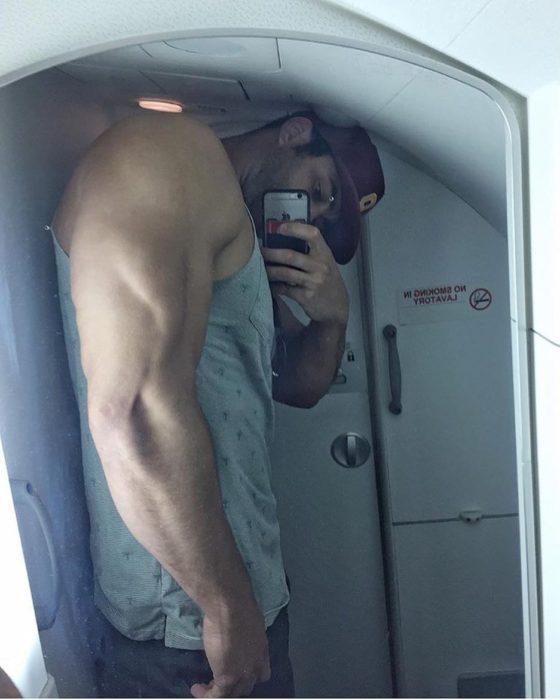hombre grande en baño de avión