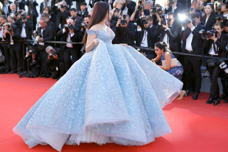 mujer vestido azul cenicienta