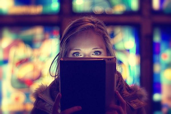 mujer con ojos azules viendo pantalla