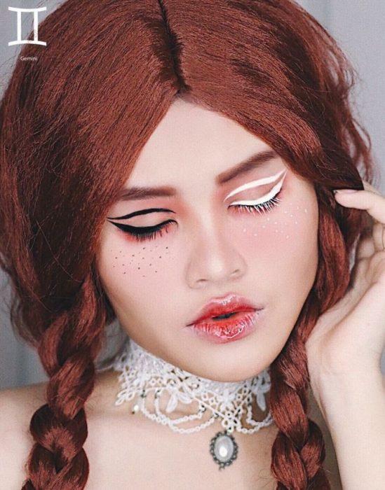 mujer con ojos pintados de negro y blanco