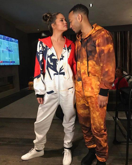 mujer y hombre con mameluco de kentucky fray chicken