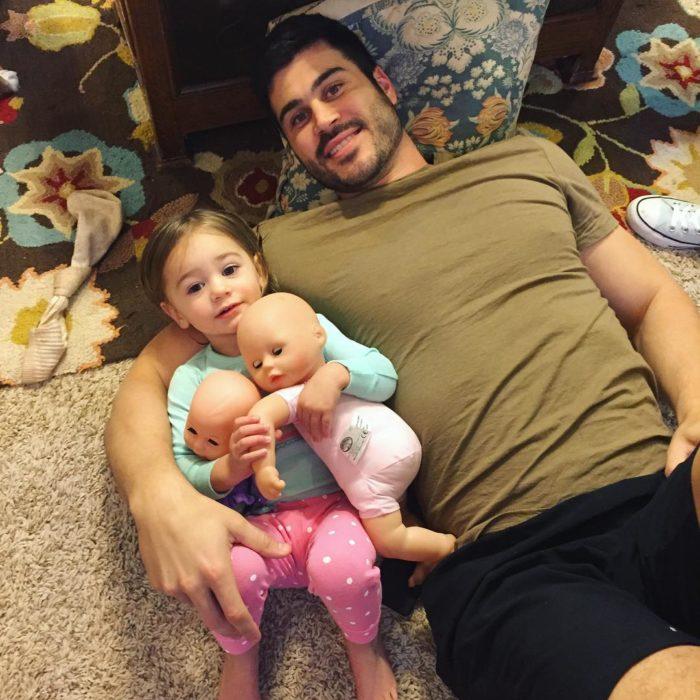hombre abrazando niña y bebes