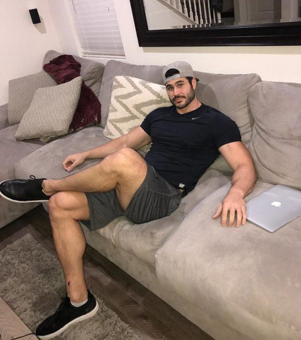 hombre con gorra sentado en el sillon