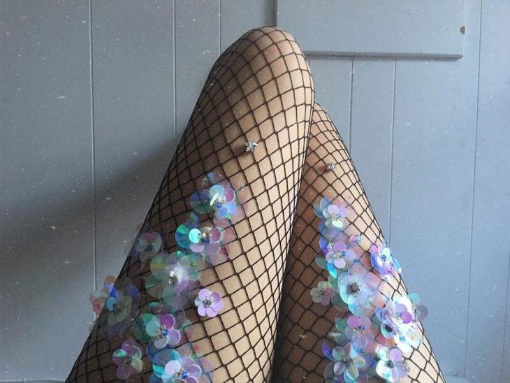medias de red con flores de lentejuelas