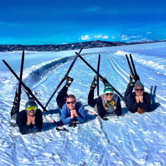 hombres con esquíes en la nieve