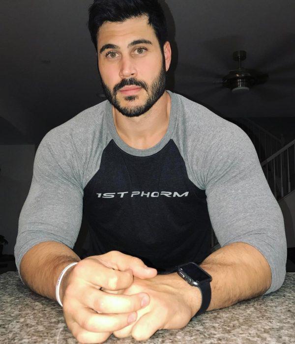 hombre con barba y playera gris