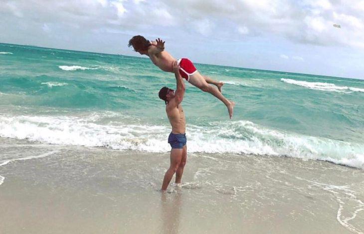 hombre cargando a hombre en la playa